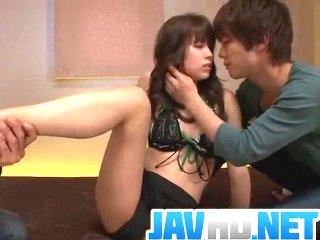 【無修正】鈴木一徹 爽やかイケメン男優さんにキスされながらカラダを愛撫されて濃厚に絡み合う中出し3Pセックス XVIDEOS女の子のための無料H動画