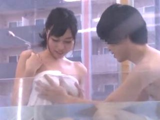 番組撮影に協力してくれた友達同士の男女がマジックミラー号に誘いこまれて一緒にお風呂に入っているうちに距離が縮まりエッチしちゃう JavyNow女の子の為のエロ動画