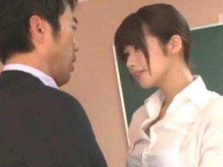鮫島 パンチラで同僚の男性教師を誘惑して誰もいない放課後の教室で積極的に迫ってエッチしちゃうスタイル抜群の女教師 XVIDEOS女性専用アダルト動画