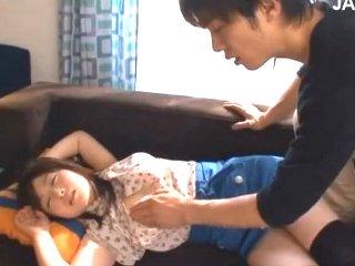鈴木一徹 ソファーで昼寝している可愛い女の子に我慢できなくなりエッチな悪戯をしてから挿入までしちゃうイケメンお兄さん JavyNow女の子のための無料H動画