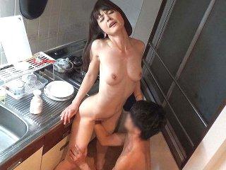 イケメンお兄さんに家にお持ち帰りされちゃった美熟女が雰囲気に飲まれてエッチしているところを盗撮されちゃう Pornhub女の子の為のエロ動画