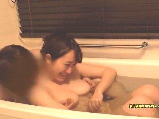 巨乳で可愛い女子大生が恥ずかしがりながらもホテルでカメラの前でエッチな姿を披露しちゃう Pornhub女性の為のエッチ動画