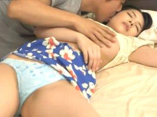およよ中野/綾瀬れん 寝ている友達の彼女が可愛過ぎて理性を抑えきれず友達が横に寝ているのに強引に迫ってこっそりエッチ Pornhub女性専用アダルト動画
