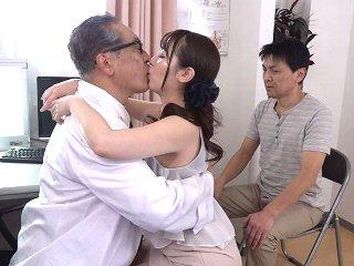 三船かれん 妊活の為に上院に通う美人妻が顔や性器を舐めまわす異常な治療法を信じて旦那さんの前で老人医師に寝取られちゃう不倫中出しエッチ JavyNow女性専用無料エロ動画